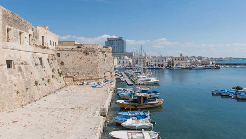 Gallipoli barche vicino al castello