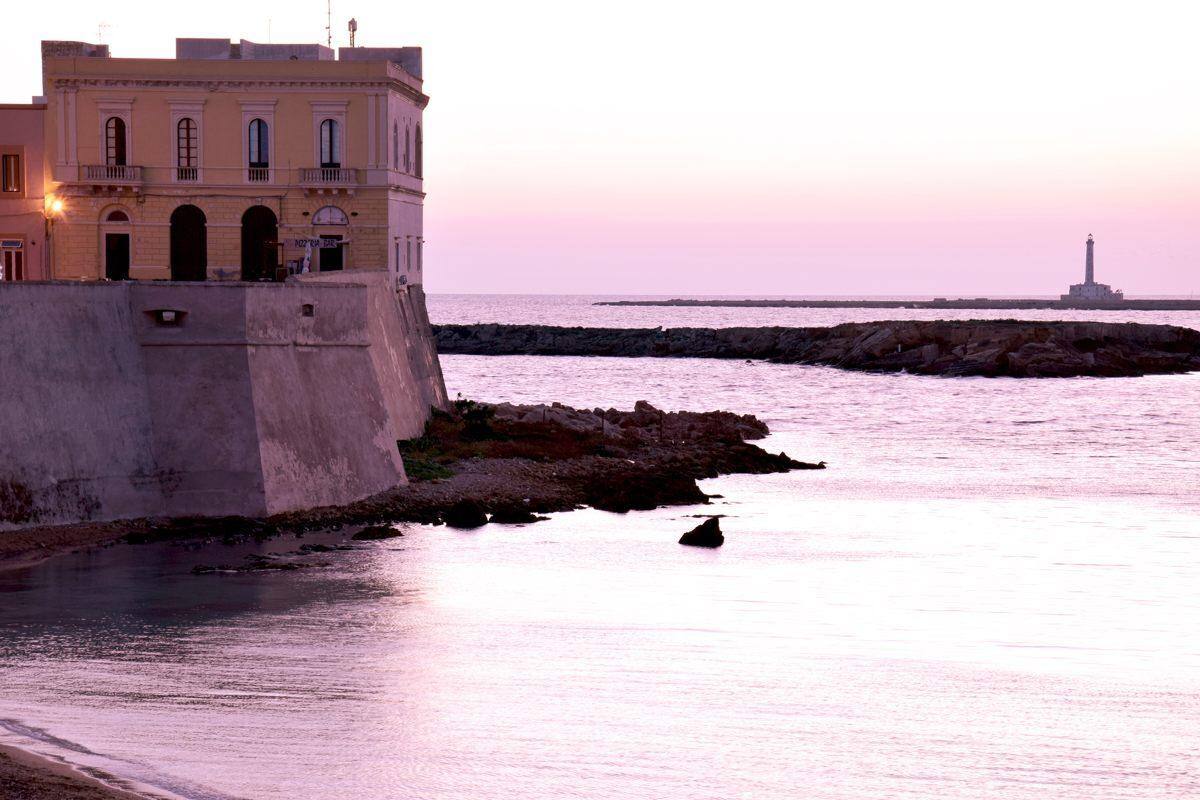 C'è una piccola isola nel mar del Salento completamente pianeggiante e alta poco più di tre metri sopra al livello del mare, parliamo dell'Isola di Sant'Andrea conosciuta anche come l'isola di Gallipoli.