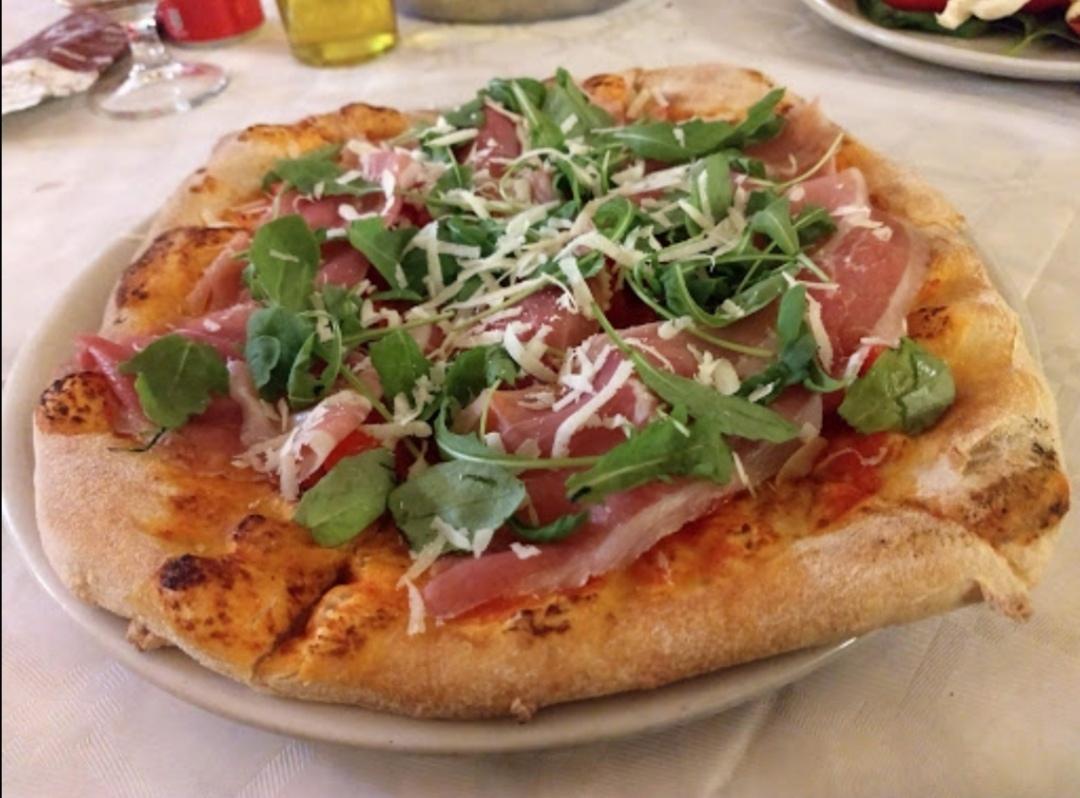 Pizza con grana crudo antica osteria erchie