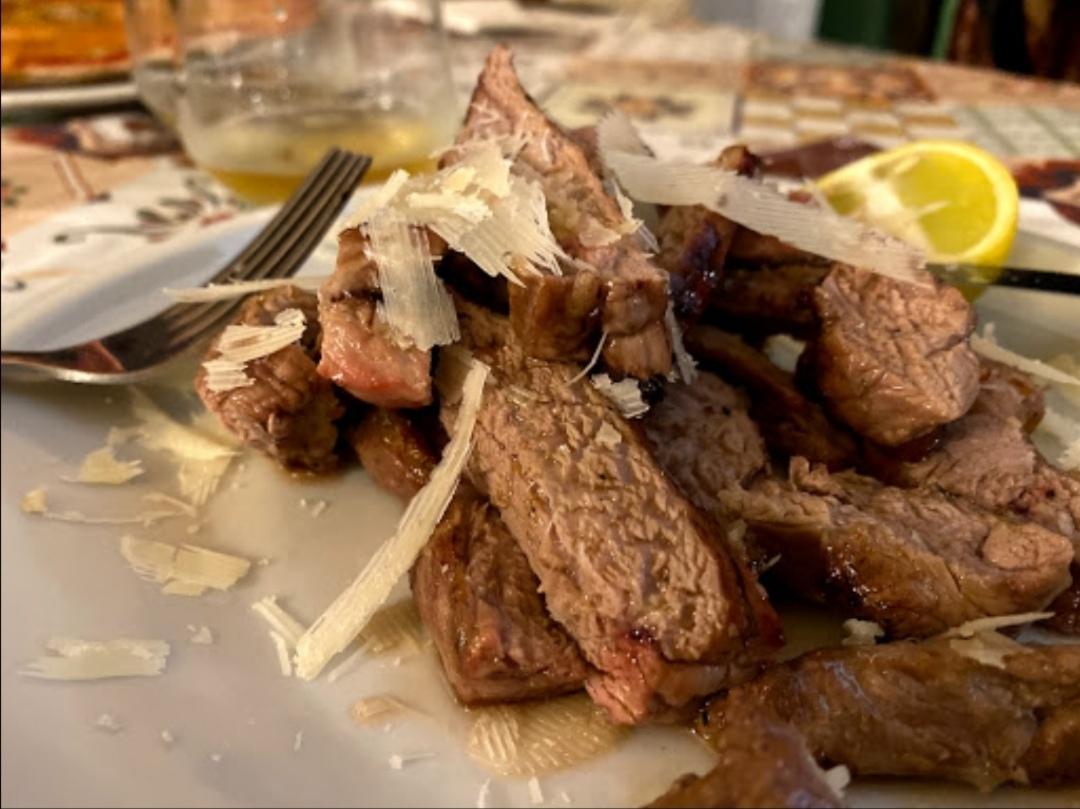 Tagliata di carne con grana antica osteria erchie salento
